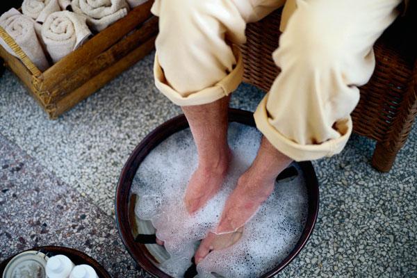 для кухни ноги в тазик поваренной солью стоит