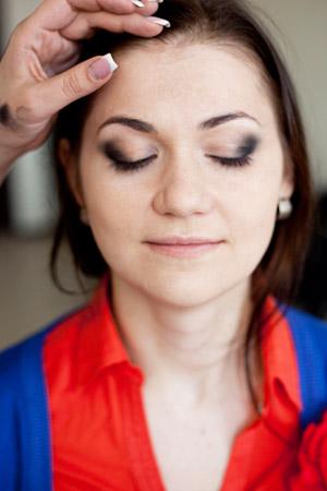 Яркий вечерний макияж с красной помадой: подчеркиваем изгиб брови