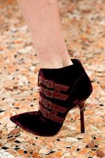 На представленных снимках вы увидите: обувь, сумки, формы одежды модного...