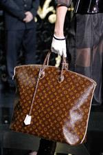 На показе были представлены как классические модели с логотипом брэнда так и яркие сумки кислотных цветов.