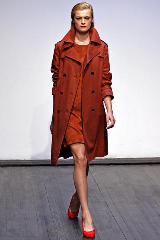 C чем модно носить красное пальто.