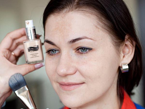 Яркий вечерний макияж с красной помадой: подготавливаем кожу