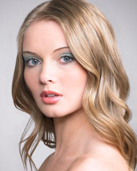 Светловолосым голубоглазым девушкам для красивого дневного макияжа лучше всего выбирать основу.