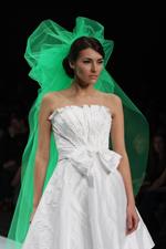Для того, чтобы цветная фата вписывалась в общий образ свадьбы...