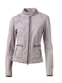 Трендом сезона весна 2010 являются кожаные куртки.  Кожа присутствует.